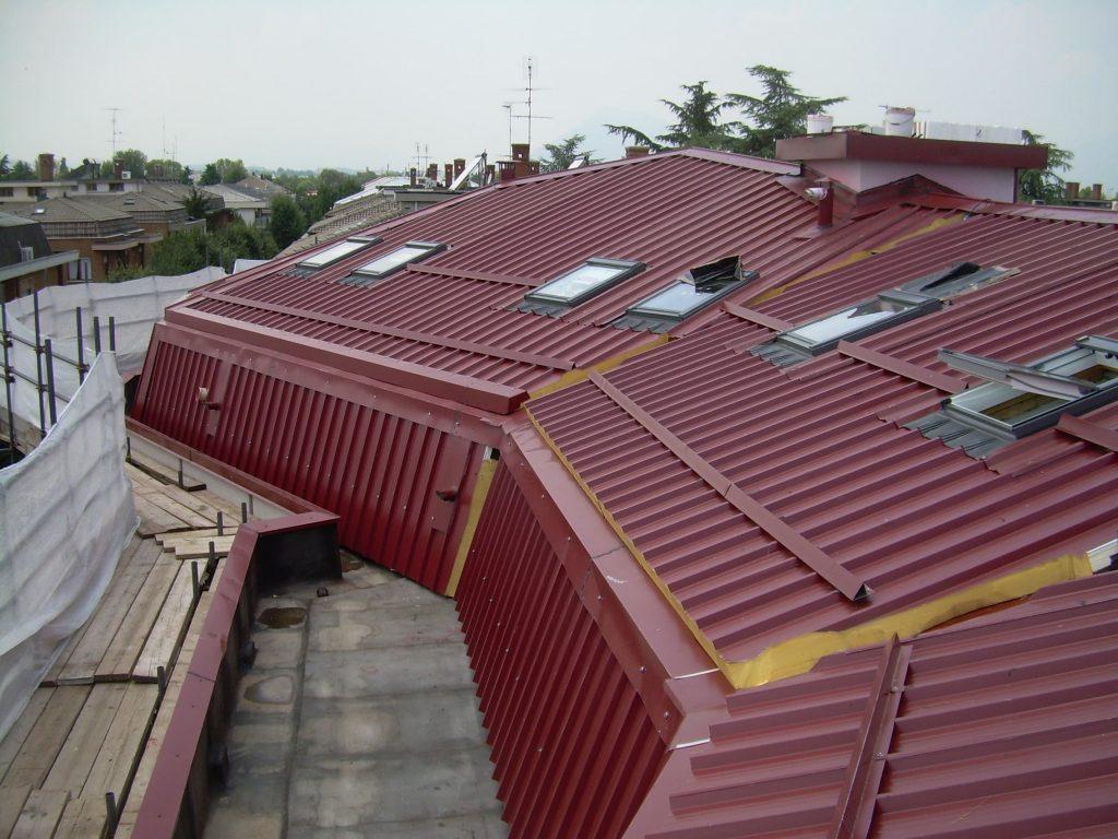 Completamento tetto abitazione civile in lamiera